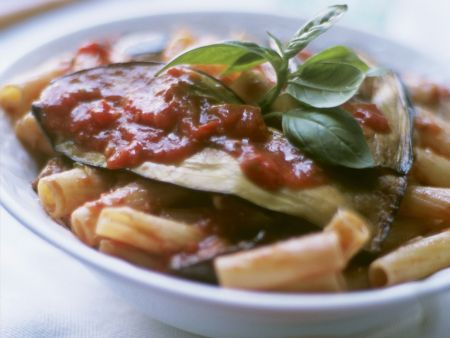 Pasta mit Auberginen und Tomatensugo