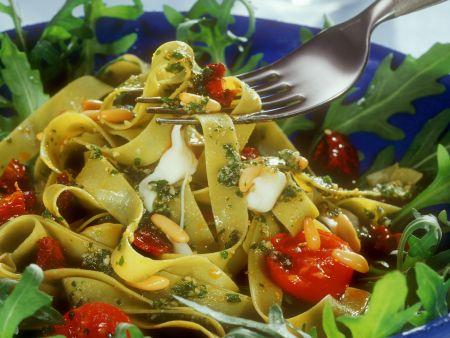 Pasta mit Bärlauchpesto, Tomaten und Pinienkernen
