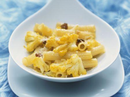 Pasta mit Blumenkohl, Rosinen und Parmesan