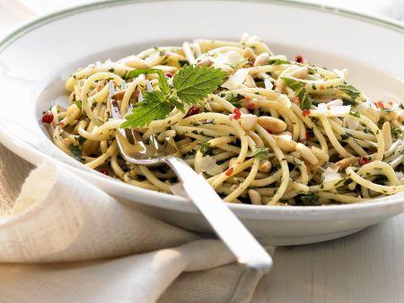 Pasta mit Brennnesseln und Pinienkernen