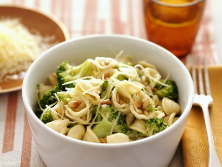 Pasta mit Broccoli, Käse und Pinienkernen
