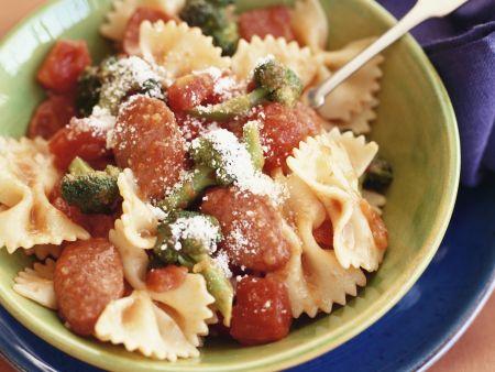 Pasta mit Brokkoli, Tomaten und Käse