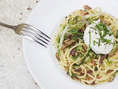 Pasta mit Carbonarasoße und pochiertem Ei