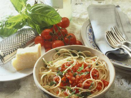 Pasta mit gehackten Tomaten und Basilikum