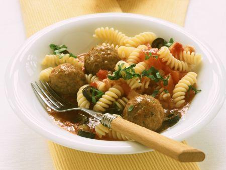 Pasta mit Hackbällchen, Tomaten und Oliven
