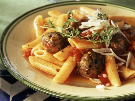 Pasta mit Hackbällchen und Tomatensoße