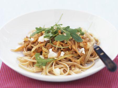 Pasta mit Hackfleisch-Möhren-Sauce und Zwiebeln