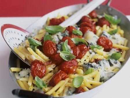 Pasta mit Kirschtomaten und Gorgonzola überbacken