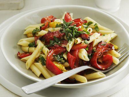 Pasta mit Paprika, Tomaten und grüner Salsa