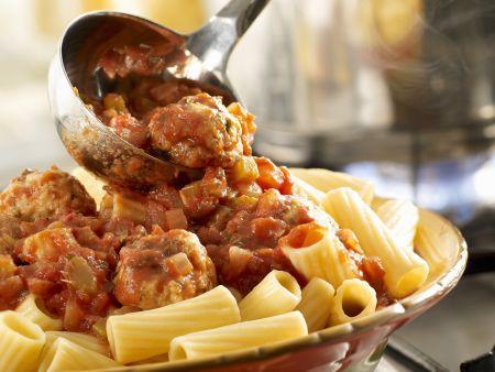Pasta mit Putenhackbällchen in Tomatensauce