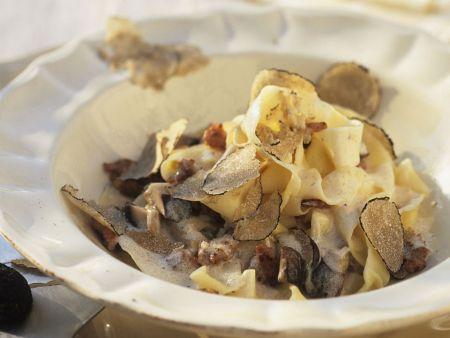 Pasta mit Sahnesoße und gehobelten Trüffeln