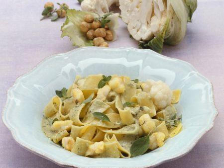 Pasta mit Seeteufel und Nuss-Blumenkohl-Soße