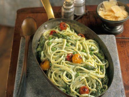Rezept: Pasta mit Spargel, Tomaten und Erbsen-Sahnesoße