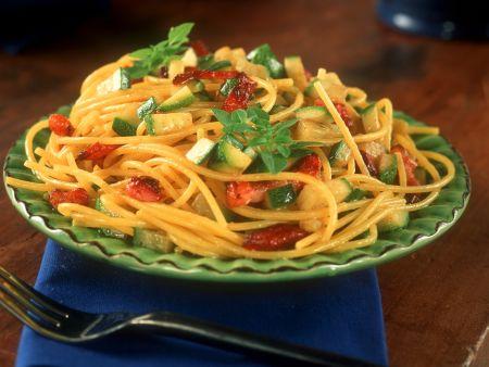 Pasta mit Steckstreifen, Zucchini und Safran