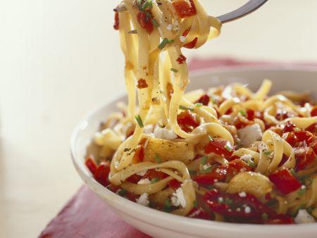 Pasta mit Tomaten, roten Paprika und Frischkäse