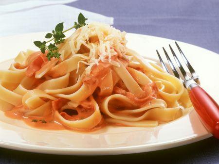 Pasta mit Tomaten-Schinken-Soße