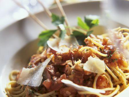 Pasta mit Tomaten, Speck und Parmesan