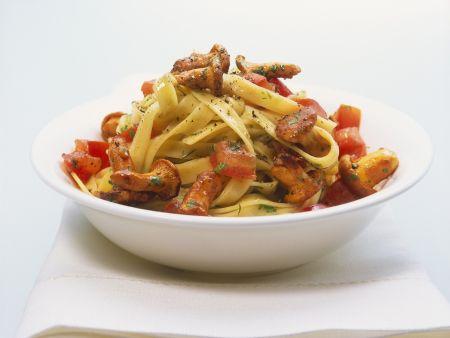 Pasta mit Tomaten und Pfifferlingen
