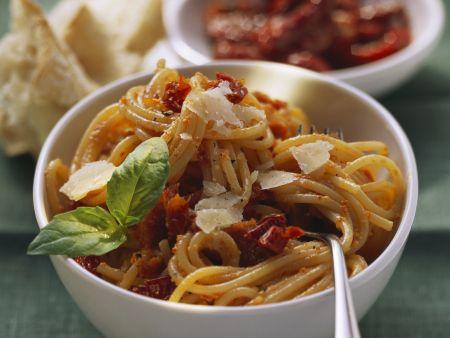 Pasta mit Tomatensoße und getrockneten Tomaten