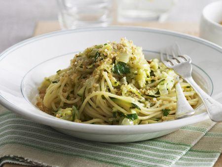 Pasta mit Zucchini, gebratenen Semmelbrösel und Parmesan