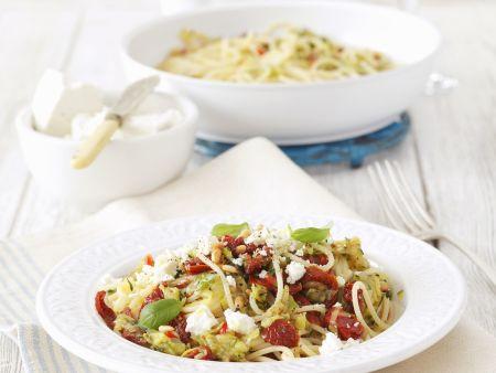 Pasta mit Zucchini, getrockneten Tomaten und Feta