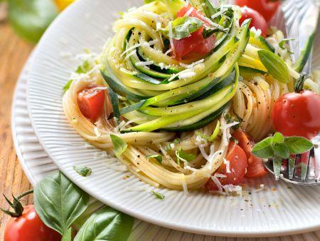pasta mit zucchini und tomaten rezept eat smarter. Black Bedroom Furniture Sets. Home Design Ideas