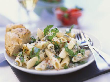 Pastasalat mit Blauschimmelkäse und Rucola