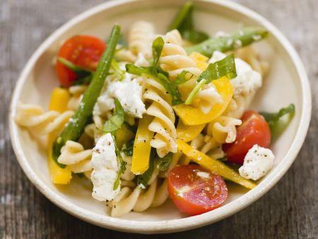 Pastasalat mit Bohnen, Feta und Tomaten