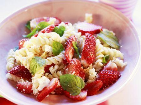 Pastasalat mit Erdbeeren