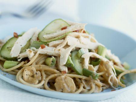 Pastasalat mit Hühnchen, Pilzen und Gemüse