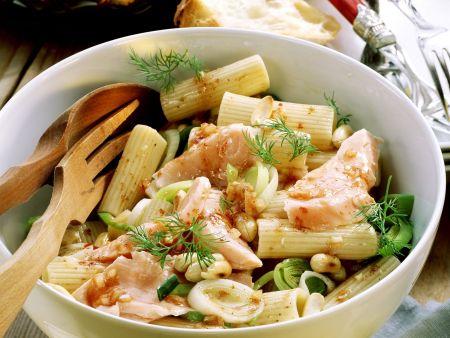 Pastasalat mit Lachs, Porree und Erdnüssen