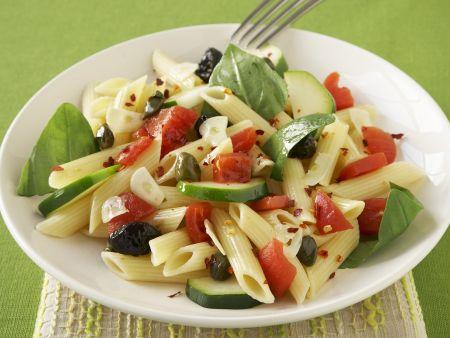 Rezept: Pastasalat mit Oliven, Tomaten und Basilikumblättern
