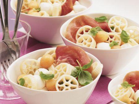 Rezept: Pastasalat mit Schinken, Melone und Mozzarella