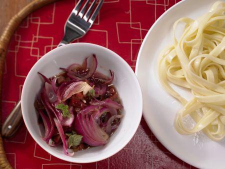 Pastasauce mit roten Zwiebeln