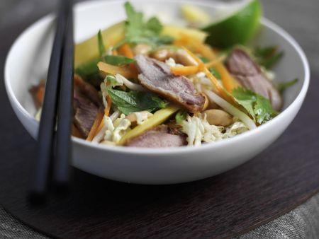 Peking Ente mit Krautsalat im asiatischen Stil