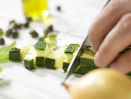 Penne mit Zucchini und Kapern: Zubereitungsschritt 1