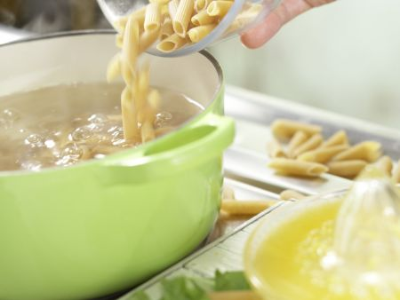 Penne mit Zucchini und Kapern: Zubereitungsschritt 4