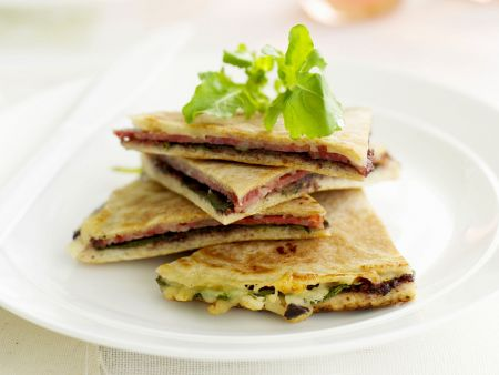 Pfannkuchen-Ecken mit Salami und Oliven