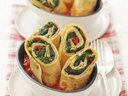 Pfannkuchen gefüllt mit Schinken und Spinat, dazu Tomatensauce