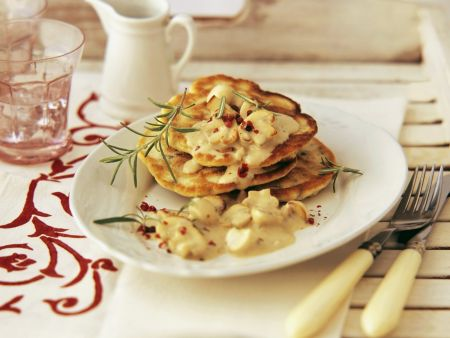 Pfannkuchen mit Maroni-Champignons-Soße und Rosmarin