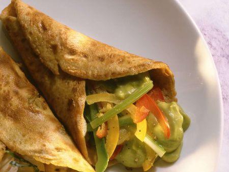 Pfannkuchen mit Paprika und Avocadopüree