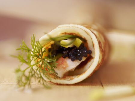 Pfannkuchenröllchen mit Kaviar und Garnelen