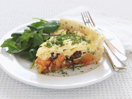 Pie mit Gemüsefüllung dazu Salat