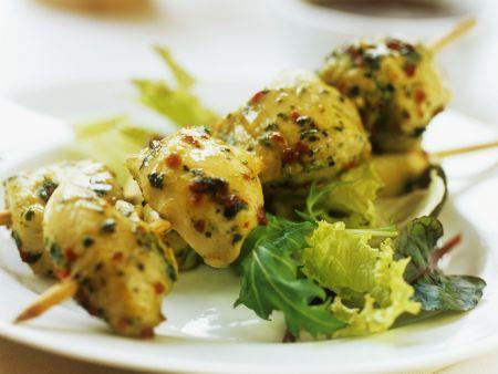 Rezept: Pikante Hähnchenspieße mit Salat