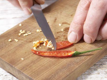 Pikante Kohlrabi-Rohkost: Zubereitungsschritt 1