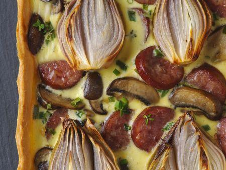 Pikante Tarte mit Zwiebeln, Champignons und Wurst