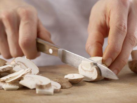 Pilz-Rührei auf Fladenbrot: Zubereitungsschritt 1