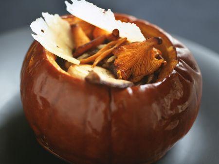 Pilzgemüse im Kürbis mit Parmesanhobeln