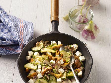 Pilzsalat mit Knoblauch, Zucchini und Feta
