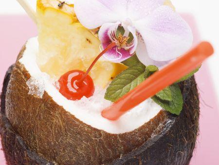 Pina Colada in der Kokosnuss
